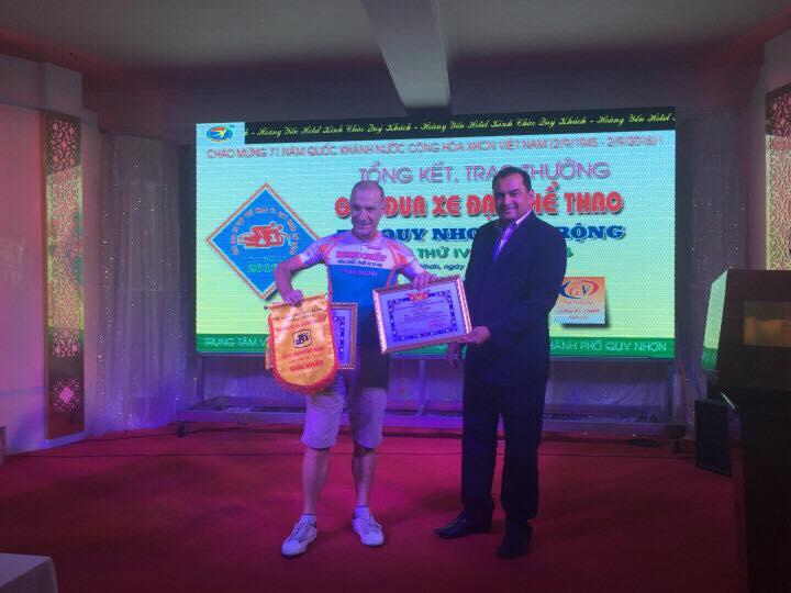 Claude Perzo nhận giải